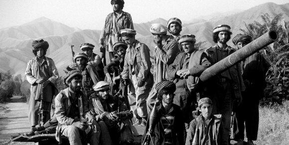 Sukilėliai fotografuojasi ant užgrobtos karinės sovietų technikos