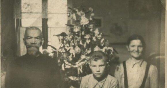Prie kalėdinės eglutės Melnragėje 1949 (1952) m. Petrikejus Kolomažnikovas su sūnumi Naumu ir seserimi Akulina Rybakova