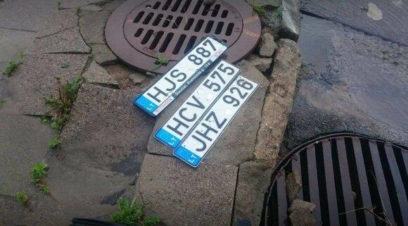 Feisbuką užplūdo nuotraukos su rastais valstybiniais automobilių registracijos numeriais