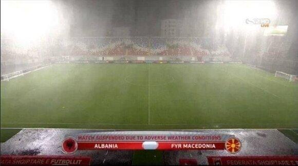 Rungtynės Albanijoje nutrauktos dėl liūties