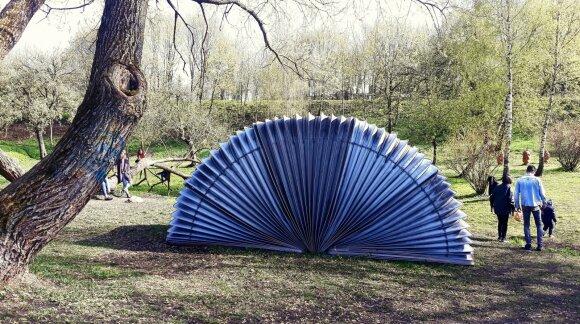 """Danas Aleksa. """"Dumplės"""" (2020), Kūdrų parkas, Vilnius"""