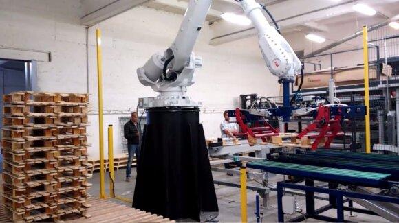 Universalus medinių padėklų sukrovimas į stirtas, Robotex nuotr.