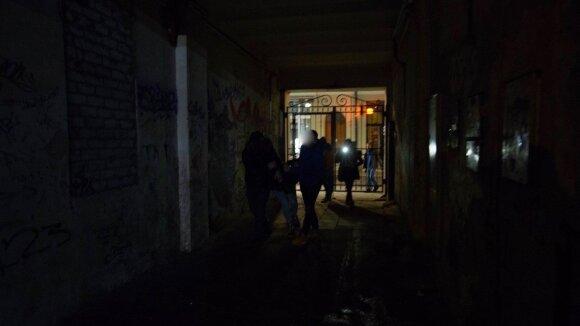 Nufilmuota nesutramdoma 19-metė Vilniuje: priešinosi sulaikoma, keikėsi ir įspyrė į galvą pareigūnui