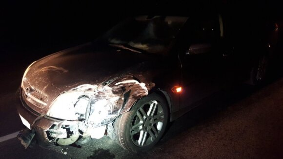 После лобового столкновения автомобилей трех человек доставили в больницу