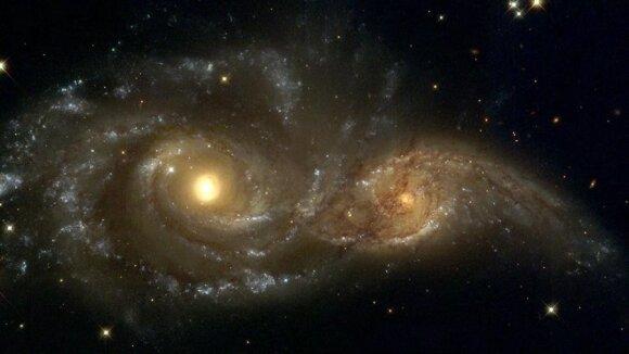 Didžiųjų Grįžulo ratų kryptimi įžiūrėtos dvi prasilenkiančios galaktikos