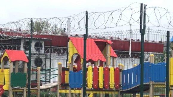 """В Омске появилась детская площадка """"строгого режима"""""""