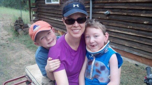 """Berniuko meilė neįgaliam broliui sujaudino milijonus <sup style=""""color: #ff0000;"""">FOTO</sup>"""