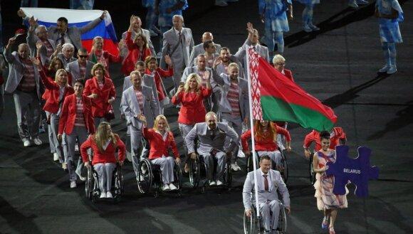 Jautriame Rio parolimpiados atidaryme be rusų – deglą nešusios neįgaliosios nesėkmė ir Rusijos vėliava