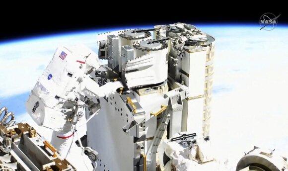 Du astronautai, prancūzas ir amerikietis, sekmadienį šešias valandas dirbo atvirame kosmose.