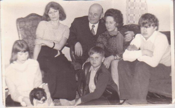 Akvilė Zavišaitė, spanielis Nilsas, Rita Baltušytė, Juozas Baltušis, Rokas Valaitis, Monika Mironaitė ir Tomas Čepaitis.