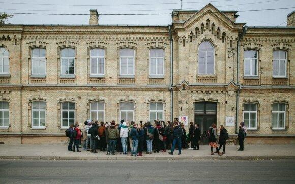 """Prie """"Vilniaus degtinės"""" administracinio pastato"""