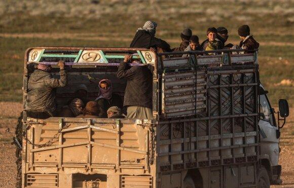 """Civiliai bėga iš paskutinės """"Islamo valstybės"""" kontroliuojamos teritorijos netoli Banguzo"""