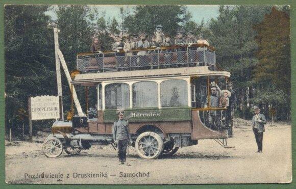 """1908 metais Druskininkų gydyklų administracijos įsigytas dviaukšti, 40 vietų autobusas """"Daimler"""""""