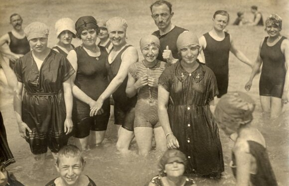 Maudymosi kostiumėlių mada dabar ir prieš šimtą metų