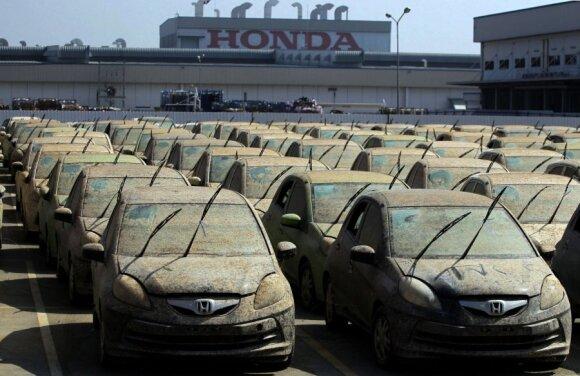 """""""Honda"""" sunaikino potvynio vandens apgadintus automobilius"""