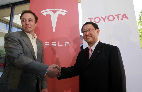 """""""Tesla"""" ir """"Toyota"""" dvikova: kuri vertingiausia automobilių gamintoja"""