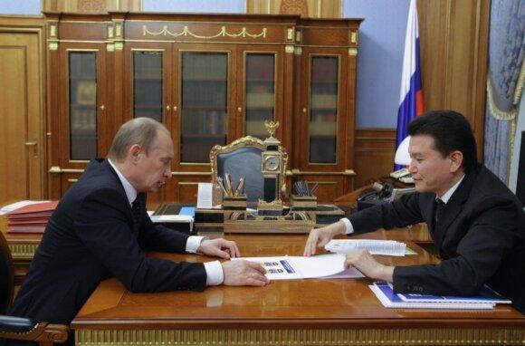 Vladimiras Putinas (kairėje) ir Kirsanas Iliumžinovas