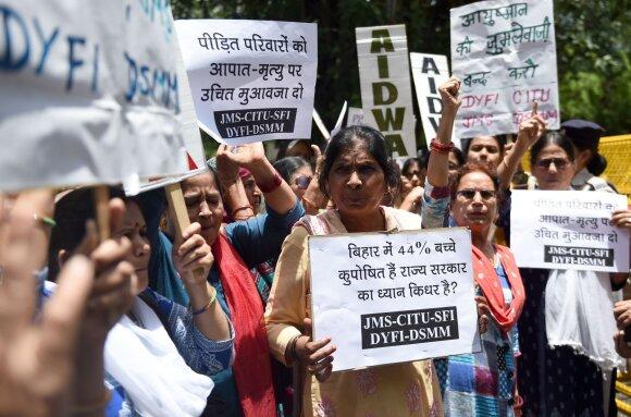 Tėvai Biharo valstijoje protestuoja prieš gydytojų ir valdžios abejingumą ligos protrūkio metu
