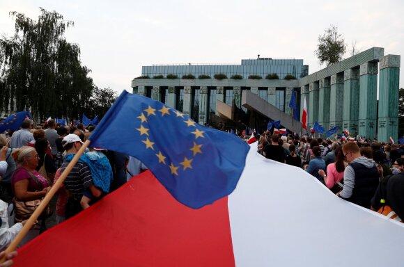 """Protestas Varšuvoje prieš partijos """"Teisė ir Teisingumas"""" veiksmus"""