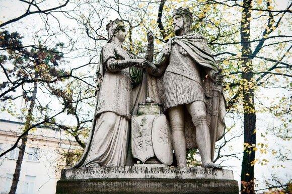 Jadvygos ir Jogailos paminklas stovi Plantų parke