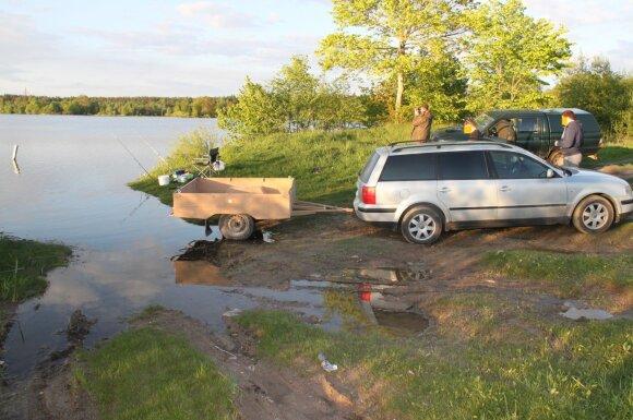 Per arti vandens telkinio stovintis automobilis