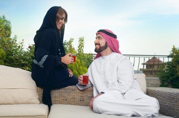 Musulmonų pora geria arbatą