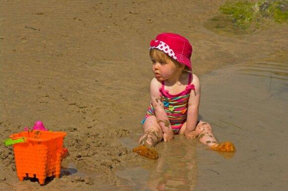 Vaikas prie vandens: ar reikia maudymuko ir kiek leisti turkštis?