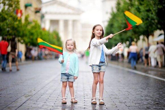 Mergaitės su vėliavomis