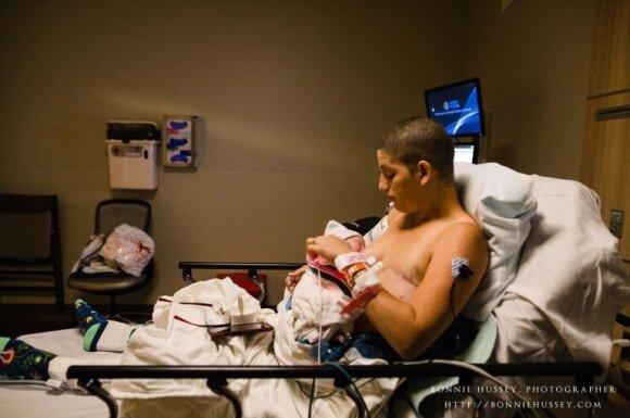 Vėžiu serganti mama pasidalino jaudinančiomis gimdymo nuotraukomis