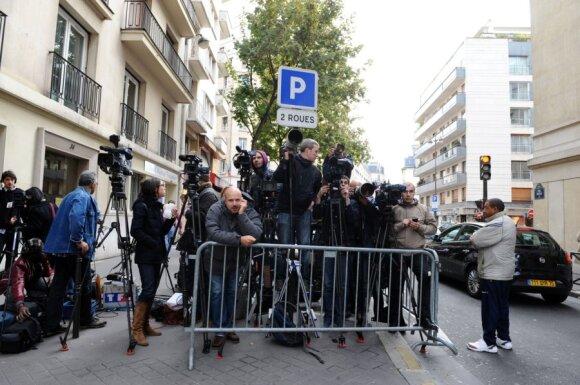 Žurnalistai prie ligoninės laukia Carlos Bruni-Sarkozy