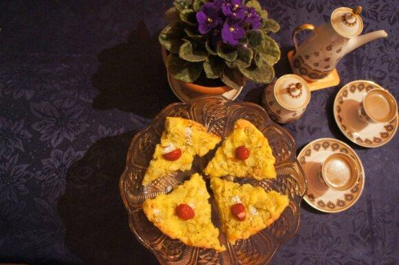 Rabarbarų pyragas su migdolų riekelėmis ir braškėmis