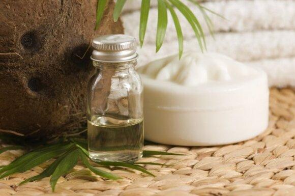 Kokosų aliejus – puiki priemonė kovojant su plaukų galiukų skilinėjimu.