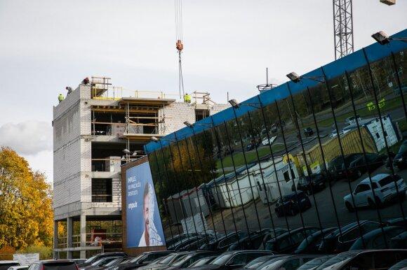 Vilniuje mažėja laisvų plotų statyboms, tačiau NT vystytojai – kūrybiški: vilniečiai abejoja, ar toks daugiabutis pastatytas teisėtai