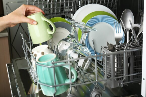 Jeigu manėte, kad indaplovės nereikia valyti, klystate: patarimai, kaip tai padaryti tinkamai