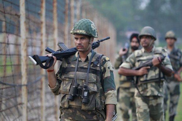 Indijos kariai ir vietos sukarintos organizacijos patruliuoja Kašmyro pasienyje. Čia itin dažni ugnies apsikeitimai su Pakistano pajėgomis ir vietos sukilėliais