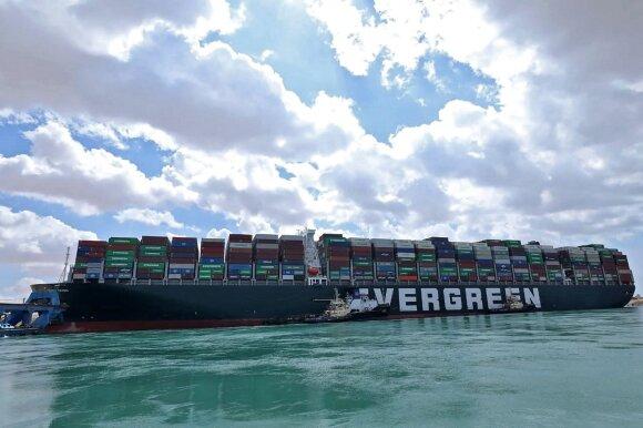 Sueco kanale užstrigęs konteinerinis laivas