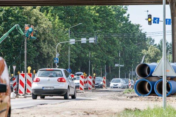 Vairuotojus įsiutino remontuojamos gatvės ruožas: pervažiavus greičiau galima sukti tiesiai į servisą