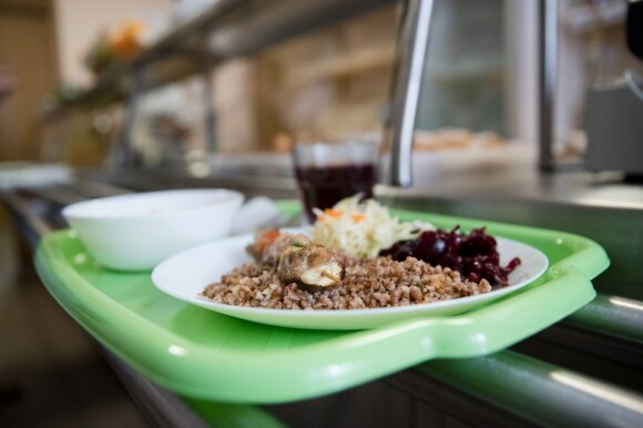 Mokykla ėmėsi eksperimento: už pietus moka vos eurą, o valgo kiek nori