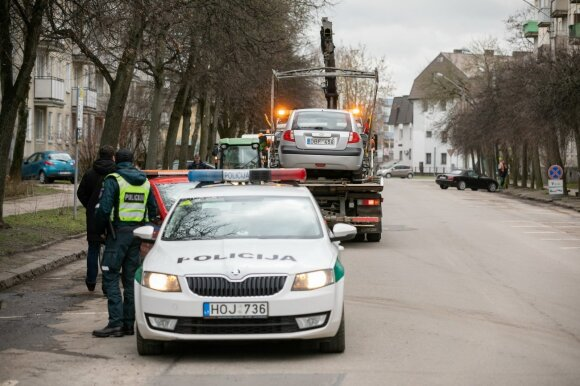 Įspėjo: gatves valyti trukdantys automobiliai bus nutempiami priverstinai
