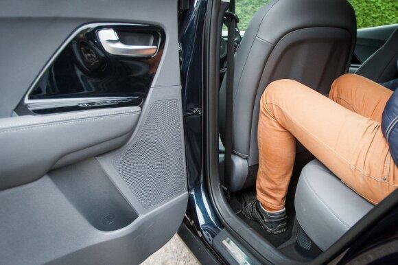 182 cm ūgio keleiviui atsisėdus už tokio pat ūgio vairuotojo erdvė kojoms išnaudojama maksimaliai