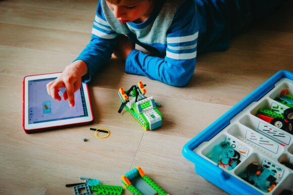 Vaikas konstruoja