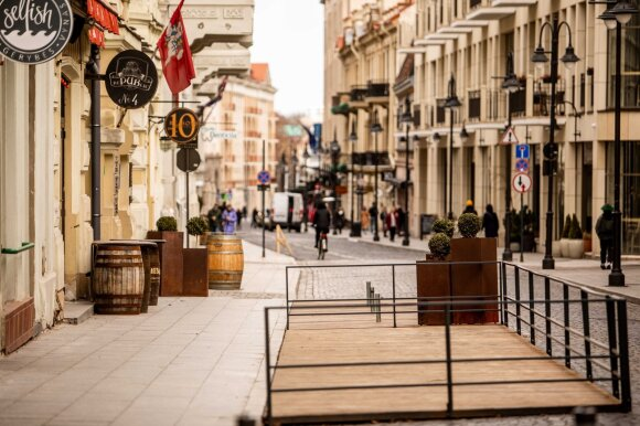 Vyriausybė pritarė verslo atlaisvinimui: kitą savaitę su ribojimais duris atveria prekybos centrai, kino teatrai, lauko kavinės