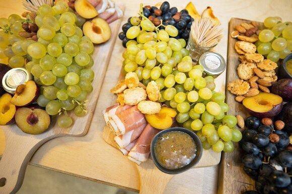 Žinomi šalies žmonės rinkosi į pirmąją sūrių ir vyno degustaciją aklinoje tamsoje