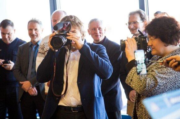 B. Vanagas susirinkimo metu į rankas paėmė ir fotoaparatą