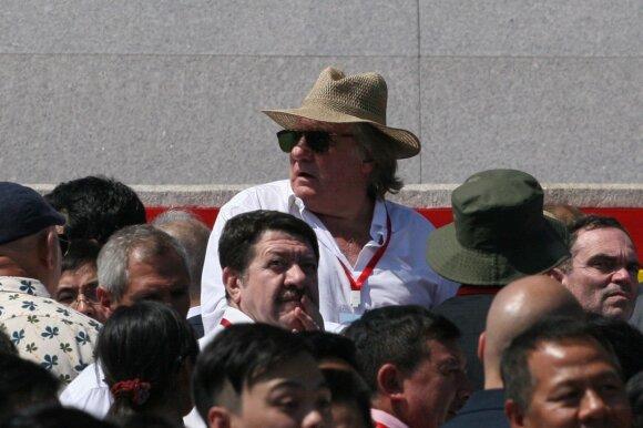 Gerard'as Depardieu stebi Š. Korėjos karinį paradą