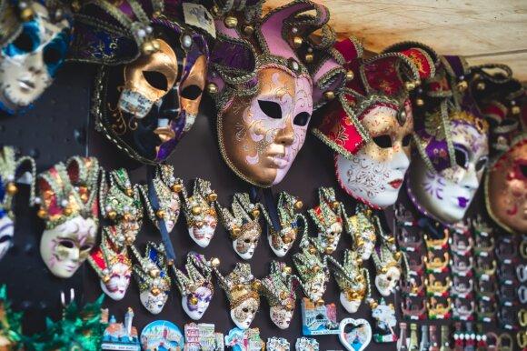 Šiame mieste net pats siauriausias skersgatvis gali turėti akis ir ausis: paskalų išvarginti žmonės išpopuliarino kaukes ir sukūrė slaptą kalbą