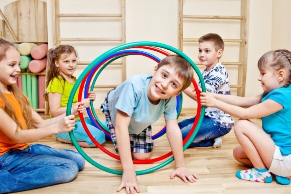 vaikai, sportas, žaidimas, vaikų darželis, lankas, mergaitė, berniukas, draugystė, sporto salė, mankšta