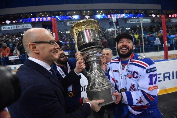 Dmitrijus Černyšenka (kairėje)
