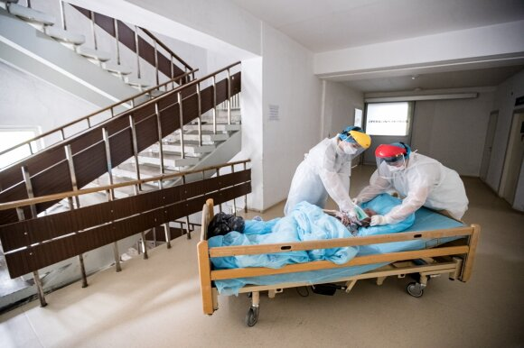 """""""Delfi"""" fotografas užfiksavo su koronavirusu kovojančių medikų darbą: atokvėpio minutės čia labai retos"""
