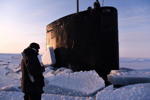 Arkties vandenyne – įspūdingas vaizdas: JAV povandeninis laivas pramuša storą ledo sluoksnį